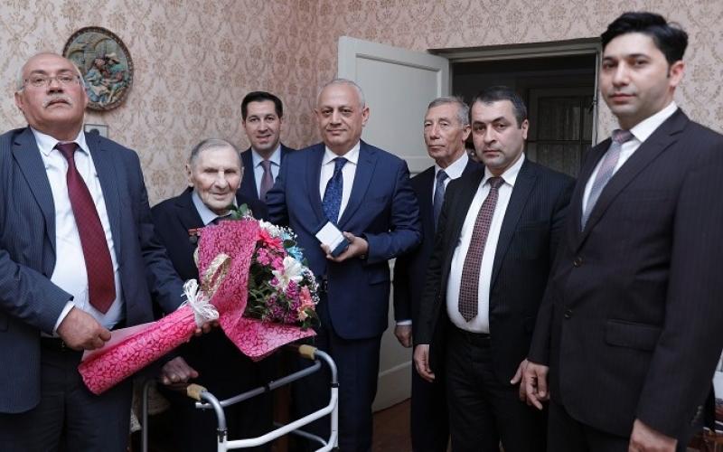"""Neftçi müharibə veteranları  SOCAR-ın """"Fəxri neftçi"""" döş nişanları ilə təltif ediliblər"""