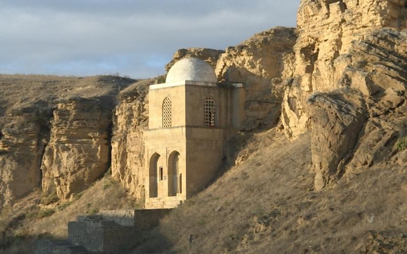 Sərt qayalar üzərində inşa edilmiş Diri baba türbəsi
