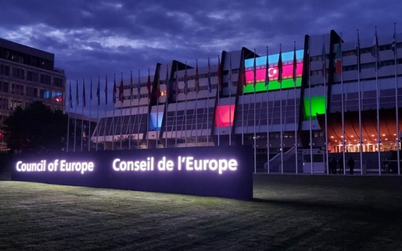 Avropa Şurasının binası Azərbaycanın üçrəngli bayrağının rəngləri ilə işıqlandırılıb